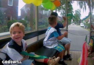 foto van de kinderen in de versierde huifkar