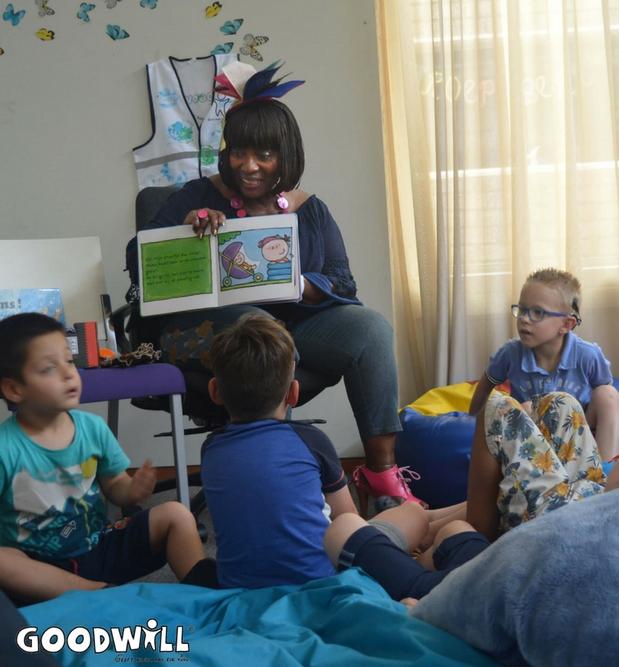 Gerda Havertong leest voor bij Kinderdagcentrum Binderen