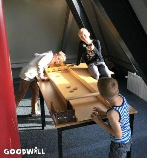 Kinderen sjoelen samen - Goodwill.nl