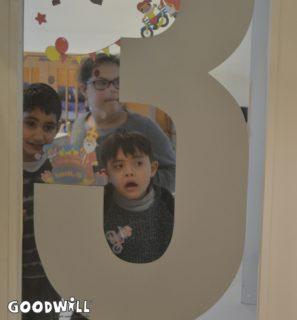 Foto van kinderen die Sinterklaas zoeken