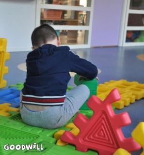 Kind bouwt met constructiemateriaal-Goodwill.nl