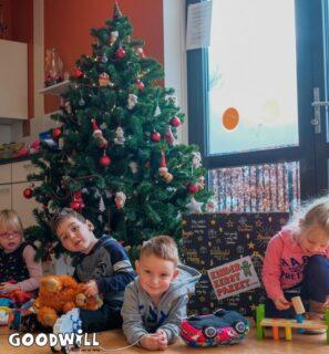 Kinderen met Goodwill's Kerstpakket_Goodwill.nl
