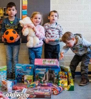 Kinderen met de inhoud van het Kinderkerstpakket