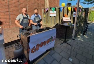 Noel en Roderik Moes bakken pannenkoeken voor Goodwill