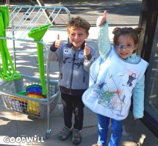 2 vrolijke kindjes met nieuw zandbakspeelgoed-Goodwill.nl
