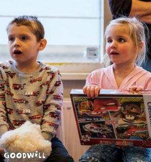 2 kinderen kijken wat er uit het kinderkerstpakket van Goodwill komt