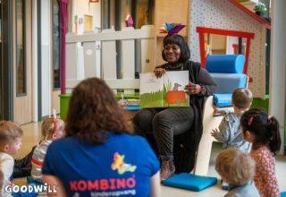 Gerda Havertong laat een boek zien aan kleine kinderen-Goodwill.nl