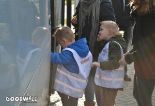 Kinderen van MKD De Kleine Cauw stappen voor het eerst in een touringcar.
