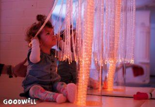 Meisje ontdekt de snoezelruimte - Goodwill.nl
