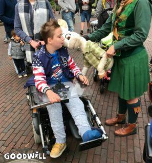 Kinderen met een beperking genieten van een knuffel - Goodwill Day