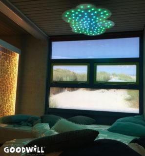 Snoezelruimte met raamfollie die uitzicht biedt op het strand-Goodwill.nl