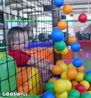 Jongetje speelt met gekleurde ballen