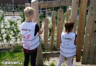 Foto van kinderen die het klank-voelbord ontdekken-Goodwill.nl