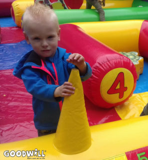 Kindje op een springkussen-Goodwill.nl