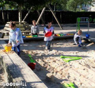 De kinderen spelen met hun nieuwe zandbakmateriaal-Goodwill.nl